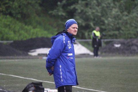SPÅR TØFF SESONG: Lørenskog-trener Julian Madsen har sett mange spillere forsvinne fra Rolvsrud i løpet av vinteren. Mange fordi de har fått bedre økonomiske tilbud i andre klubber. Han tror det blir en tøff kamp om topplasseringene i tredjedivisjonsavdelingen, men ønsker at blåtrøyene skal forbedre fjorårets femteplass.