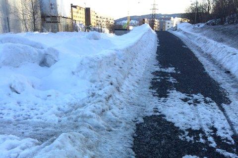 GRUS, IS OG SNØ: Her på Kjeller i Skedsmo ligger det flere tonn grus under snø og is på gang- og sykkelveien. Den blir ikke borte med det første.