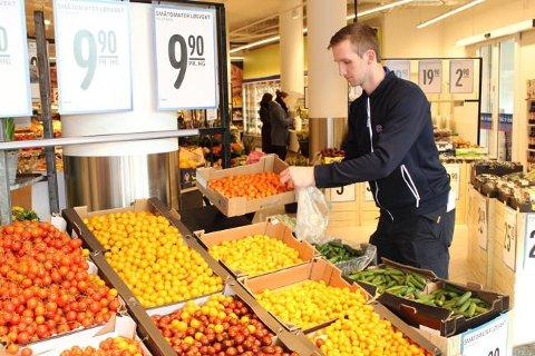 POPULÆRT: Rema 1000 selger mer enn 10 tonn sunt smågodt i uken. Her er Christian Hatz, NK på REMA 1000 Ensjø