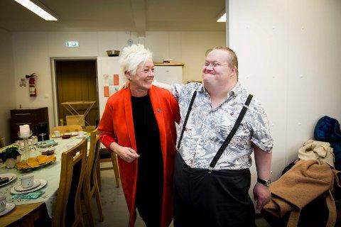 MØTTE RYEL: Dan Birkeland (46), som har Downs syndrom, startet sin egen innsamlingsaksjon til Kreftforeningen. Han fikk besøk av generalsekretær i Kreftforeningen, Anne Lise Ryel.