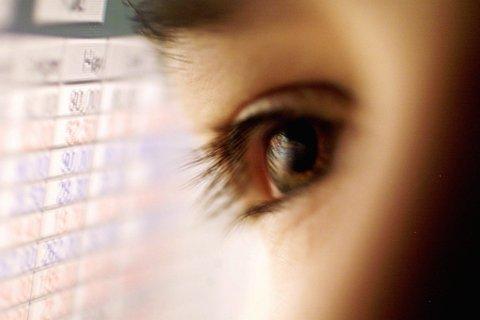 OSLO 20000216:  Bildet av fremtidens bank begynner å bli ganske klart. Din PC vil bli din bankterminal. Du vil ha full oversikt over ikke bare dine konti, men også din privatøkonomi, med budsjett, automatisk husholdningsregnskap, skatteprogram og porteføljestyring av aksjer. Nettbank - illustrasjonsfoto . Øye / øyne.   Foto: Cornelius Poppe / SCANPIX