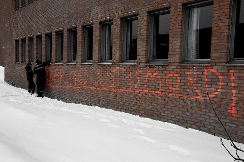 SIKRET SPOR: Politiet tok bilder og sikret spor etter taggingen på tingretten i Lillestrøm onsdag. Foto: Tom Gustavsen