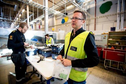 """STOR ØKNING: Kontorsjef i Tollvesenet Lars Teigen bekrefter at antall beslag av såkalt """"hjernedop"""" øker- sendt fra nettbutikker i utlandet. FOTO: TOM GUSTAVSEN"""