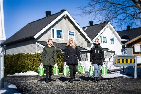 REDNINGSKVINNER: Lianne Mares (f.v.), Tanya Valkve og Silje Antonsen i «Omsorg Jessheim» har kjøpt inn mat og hygieneartikler til en alenemamma som trenger hjelp.