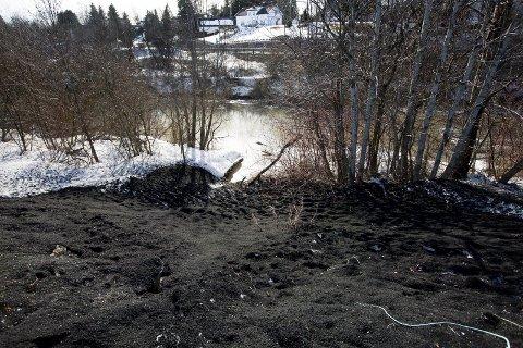 Gummigranulat fra kunstgressbanen til Frogner IL renner ut i elva.