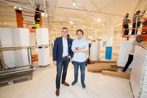 KLARE: Landsjef Atle Bakke (t.v.) og butikksjef Magnus Syvertsen åpner leketøykjeden Toys R Us sin første butikk på Romerike om et par uker.