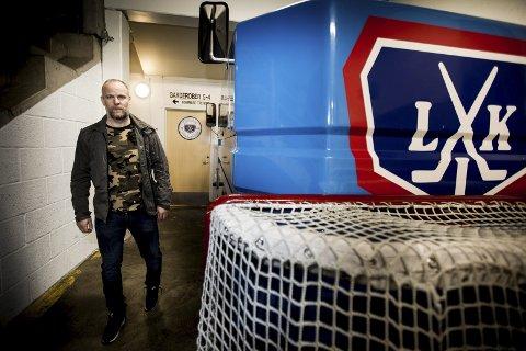 Klar for krigen: Kenneth Larsen håper Lørenskog ishockeyklubb får gjort omveltningene han mener er helt nødvendige for at de skal kunne fortsette i toppen. Treneren medgir at usikkerheten er stor i spillergruppen for øyeblikket. Foto: Tom Gustavsen