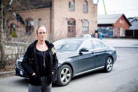 Nei fra sju sjåfører: Å ringe Øvre Romerike Taxi ble redningen for Kathrine Holm da taxisjåførene på Oslo Lufthavn nektet å ta på seg oppdraget med å frakte Kathrine med to barn hjem til Algarheim. Foto: Lisbeth Lund Andresen