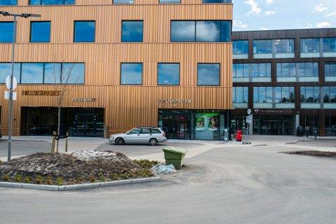 IKKE RØNTGEN-MULIGHETER: Legevakta ved det nye helsehuset på Jessheim tilbyr ikke røntgen-tjenester. Pasientene som har det behovet blir sendt til Ahus, selv om LHL-sykehuset har topp moderne røntgen-utstyr vegg i vegg.