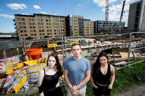 FÅR IKKE SOVE: Bråket fra byggeplassen holder studentene på Åråsen studenthus våkne i eksamensperioden. F.v. Helle Lindboe (20), Fredrik Pedersen (23) og Karoline Hoff (21).