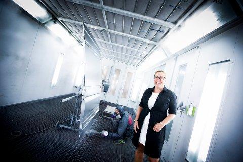 LAKK: Astrid Borgens selskap leverer lakkeringsanlegg, som dette hos Karosseri Spesialisten i Oslo, over hele landet. (Foto: Lisbeth Lund Andresen)