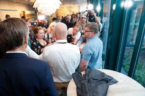 Kringkastingssjef Thor Gjermund Eriksen og NRK-journalistenes streikegeneral Rickard Aune møtte pressen sammen klokka 20.30 onsdag kveld. Foto: Terje Bendiksby / NTB scanpix