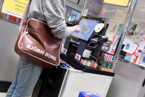 Selvbetjente kasser blir mer og mer vanlig i norske butikker. Det er ikke alle like fornøyd med - mens andre elsker konseptet. Foto: Paul Weaver