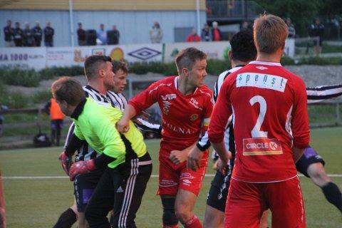 STANGET UNNA: Vegard Knudsen (i midten) ledet an i Hauerseters bakre rekker, da rødtrøyene stanget unna det som kom av Kløfta-dødballer mot slutten av lokaloppgjøret.