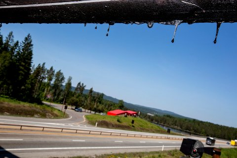 PROBLEMATISKE DRÅPER: Det tjærebaserte stoffet kreosot har skapt trøbbel for E6-bilister siden 2011.