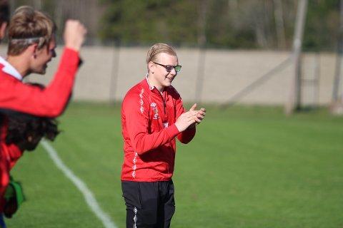 APPLAUS: Fu/Vo-trener Ørjan Heiberg var godt fornøyd på sidelinja etterhvert som målene rant inn.