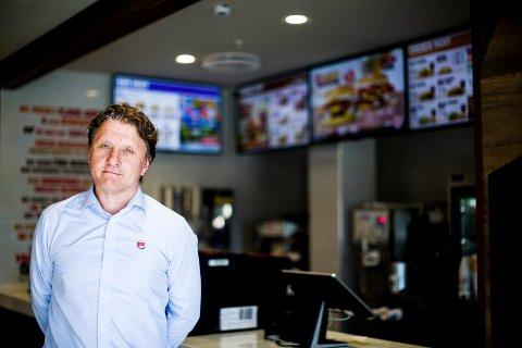 TAR GREP: Administrerende direktør for Burger King i Norge, Rune Sandvik, besøkte tirsdag den aktuelle hamburgerrestauranten på Skedsmo Senter.