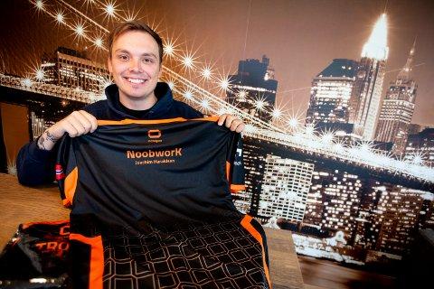 SATSER STORT: Joachim Haraldsen håper laget Octagon skal bli verdens beste lag i dataspillet Fortnite. Her viser han fram de ferske draktene til laget.