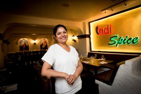 GLEDER SEG: Daglig leder i Indi Spice, Dolly Bal er opprinnelig fra Punjab. – Nord-India er kjent for maten og kulturen. Her poserer hun i en tidligere reportasje.