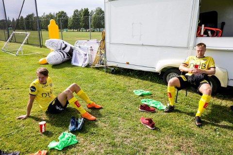 SKUFFET: Kristoffer Ødemarksbakken (t.v.) og Marius Amundsen etter 2-0-tapet mot Fredrikstad i treningskampen onsdag. FOTO: TOM GUSTAVSEN