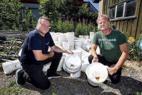 TIL KRIG: Johnny Skjærvø (t.v.) i Sørum-bedriften Norasonde leverer middelet som skal begrense brunsneglebestanden i Skedsmo til kommunens Svein Rune Ussberg.