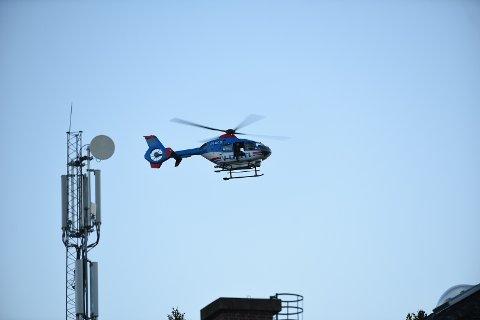 Politiet bruker helikopter i søket etter den savnede 83-åringen. Her avbildet like ved rådhuset i Rælingen.