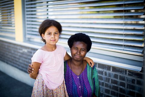 MOR OG DATTER: Bwalya Musanshiko fikk datteren Alida i 2009. Alida er norsk statsborger. Begge to mener Alida har det bedre i Norge med både mor og far i landet.
