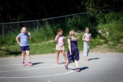 LEKER I SKOLEGÅRDEN: Alida i lek med klassevennene Louise Amalie Grønnerød-Hemmingby (t.v.), Malin Hojem (med ryggen til) og Stella Sofie Langseth Nergaard.