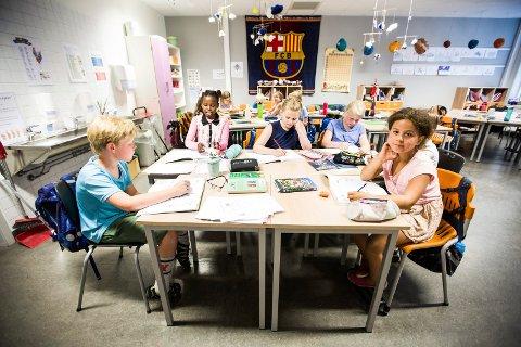 I KLASSEROMMET: Læreren til Alida sier hun er en faglig og sosialt sterk elev. Alida trives godt i klassen. Her med klassevennene f.v. Tarjei Graver Svenningsen, Bernice Kahuni, Malin Hojem og Louise Amalie Grønnerød-Hemmingby.