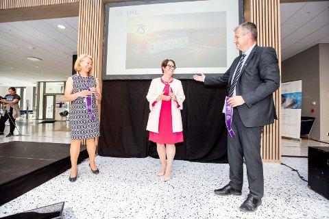 STORE GLIS: Stortingspresident Tone Wilhelmsen Trøen (midten) fikk æren av å offisielt åpne LHL-sykehuset. Det skjedde med en skalpell på båndet sykehusdirektør Siri Skumlien og LHLs generalsekretær Frode Jahren holdt.