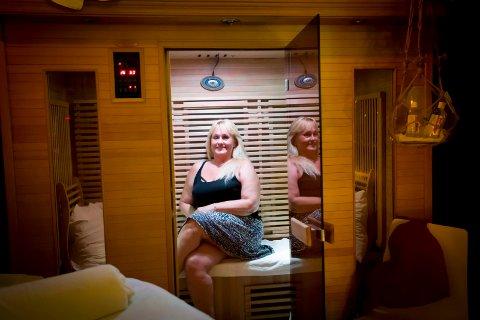 BADSTUPRAT: Det er her i egen badstu hjemme på Strømmen at Lizett hjelper kundene med å finne ut av problemer de sliter med. FOTO: LISBETH LUND ANDRESEN.