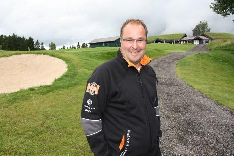 VIL HJELPE: Daglig leder Tore Waagø i Miklagard Golf strekker ut en hjelpende hånd til fortvilte bønder.
