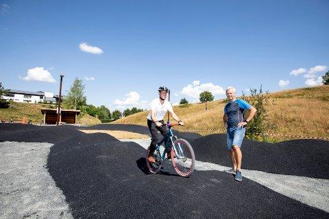 STILLER OPP: Lars Eugen Andresen (t.v) i Blaker Sparebank stiller opp med penger slik at sykkelparken kan fikses. Bjørn Holmen i Bingsfoss sykkelklubb er fornøyd med at lokalsamfunnet ser verdien av parken.