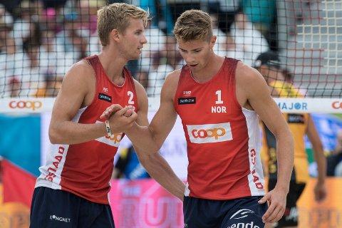 FINALEKLARE: Christian Sandlie Sørum (t.v.) og Anders Mol spiller søndag kveld om EM-gull i sandvolleyball. FOTO: AP