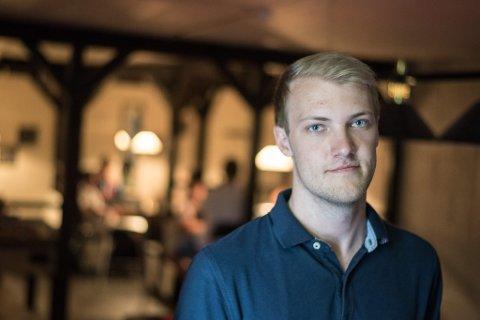 KJENNER OFRENE: Daniel Strømsborg Ekeberg jobber på ungdomsklubben i Flateby. 24-åringen kjenner de fleste av ungdommene i bygda – inkludert ofrene i den tragiske ulykken.