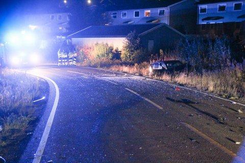 ULYKKE: Ulykkesstedet på Flateby vitner om en kraftig kollisjon. To personer satt i bilen til høyre og ble lettere skadet.