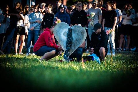 Venner og pårørende var samlet til minnestund på ulykkesstedet søndag kveld.