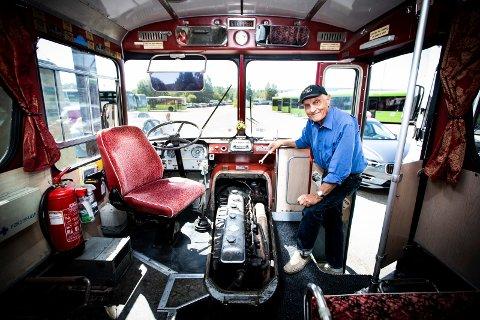 I SITT RETTE ELEMENT: Helge Andseth (86) mekker fremdeles på gamle busser hos Veteranbussklubben i Lillestrøm.