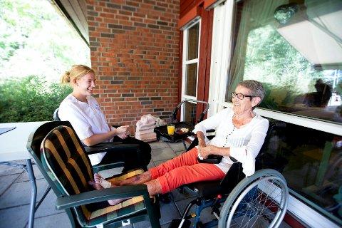 GOD STEMNING: Til tross for 69 års aldersforskjell har Stine Mathilde Hauglid og Kitty Iversen nok av ting å snakke om på Kløfta Bo- og aktivitetssenter.