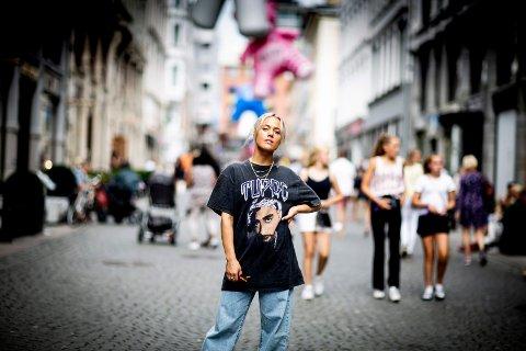 GLEDER SEG: Julie Bergan spiller på Nebbenfestivalen fredag. – Jeg gleder meg alltid til festival, det er jo det beste jeg vet, sier hun.