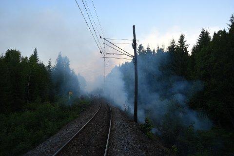 DRAMATISK: Søndag begynte det å brenne en rekke steder langs jernbanelinja gjennom Nittedal.