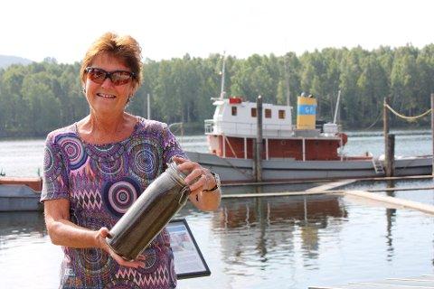 FANGSTEN: Avdelingsdirektør Anna Kristine Jahr Røine ved Fetsund lenser viser fram fem ukers myggfangst.