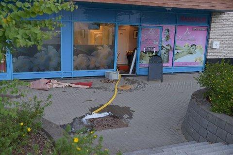 SUGER UT VANN: Øvre Romerike Brannvesen (ØRB) brukte fredag morgen flere timer på å suge ut vann fra en leilighet og et næringslokale i blokka på Jessheim.