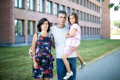 – HORRIBELT: Ordfører Øivind Sand beskriver familiens situasjon som horribel. Tirsdag måtte Nervuz Rexha reise fra kona, Luljete Nurkasa, og datteren Erina (5).