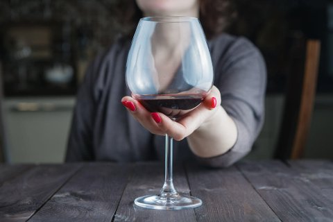 ALKOHOL OG DEMENS: Det er godt dokumentert i forskningen at et høyt alkoholinntak øker risikoen for demens. Ny studie bekrefter dette, samtidig som den viser at det å være avholds også gir økt risiko. Foto: Colourbox