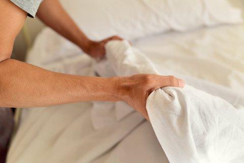 HVER 14. DAG HOLDER: Vask og bytt sengetøyet ofte. Dessuten er det digg å våkne når sengetøyet er rent. (Illustrasjonsfoto: Colourbox)