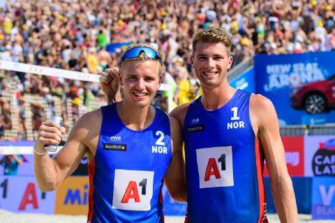 Anders Mol (t.h.) og Christian Sørum vant nok en finale i sandvolleyball. Lørdag vant de verdensseriefinalen i Hamburg. Foto: Norges Volleyballforbund / NTB scanpix