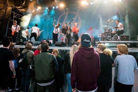 Camilla Holm og Emil Hansen på scenen med Honningbarna