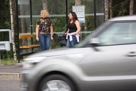 SLÅR ALARM: Marianne Thøring (t.v.) og Siv Mari Karlsen Eide ønsker lavere fartsgrense langs fylkesvei 178 i Kverndalen på Jessheim.