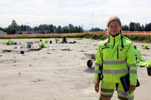 ARKEOLOGISKE UTGRAVINGER: Arkeolog Camilla Cecilie Wenn forteller om interessante funn på jordet ved Blaker kirke. Tirsdag inviteres det til åpen dag hvor publikum kan komme og se hvilke funn de har gjort.Foto: stine strandhaug